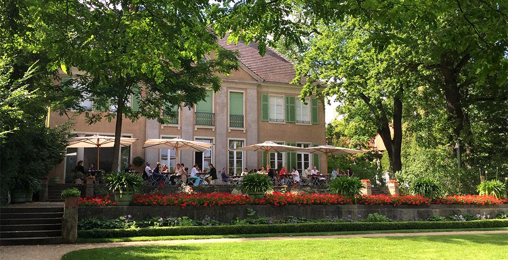 Liebermann-Villa mit belebter Terrasse