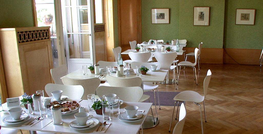 Weiße Tische und Stühle