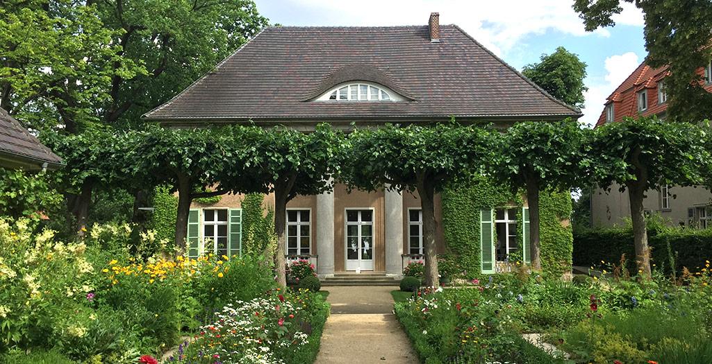 Alte Villa mit bunten Beeten